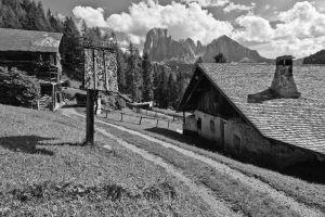Alter Bergbauernhof mit Lang- und Plattkofel